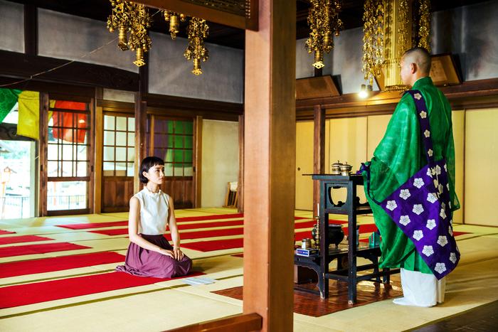 本堂で仏教のお話を聴き、般若心経をとなえる時間も。 マガジンでは写経の手順のほか、服装の心得など知っておきたい基本知識をご紹介しています。