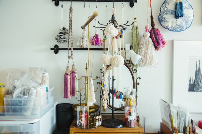 作品を飾るスペースには、大小様々な色とりどりのタッセルが並びます