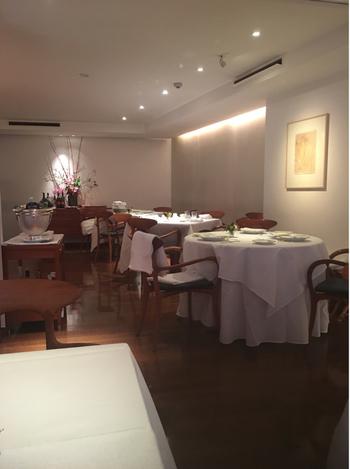 東京メトロ表参道駅から徒歩8分。わずか28席のこぢんまりとした店内は、白を基調としてとても落ち着いた雰囲気。南青山の住宅街の中にある隠れ家的なイタリアンレストランです。