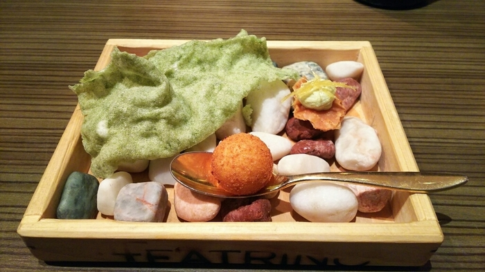 それぞれのお料理は、見た目にも楽しい演出が施されています。こちらのひと皿目は、カラフルな小石を敷き詰め、なんとも楽しい雰囲気ですね。