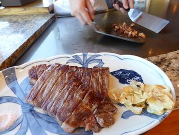 お好みの焼き加減で焼いてもらえるお肉はとても上質なものなので、胃にもたれることがありません。ガーリックライスや赤だしも上品なお肉のお味によく合います。