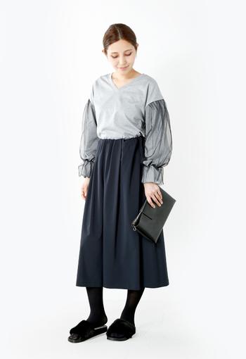 上品で知的に見えるロングミディアム丈のネイビースカート。デザイン性のあるキャンデイスリーブが印象的なトップスに、小物は黒でまとめればワンランク上のオシャレが叶います。