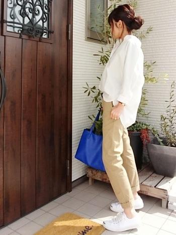シンプルで肌触りの良いパンツは、ストレッチが効いて履き心地抜群。かっちりした印象のチノパンもオーバーサイズのシャツを合わせると、女性らしい柔らかさがでます。