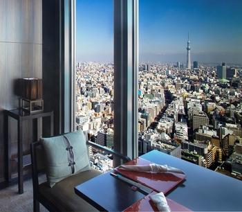 大きな窓からは澄み渡る青空を背景に、美しい東京スカイツリーを望むことができます。お席は70席ほど用意されています。