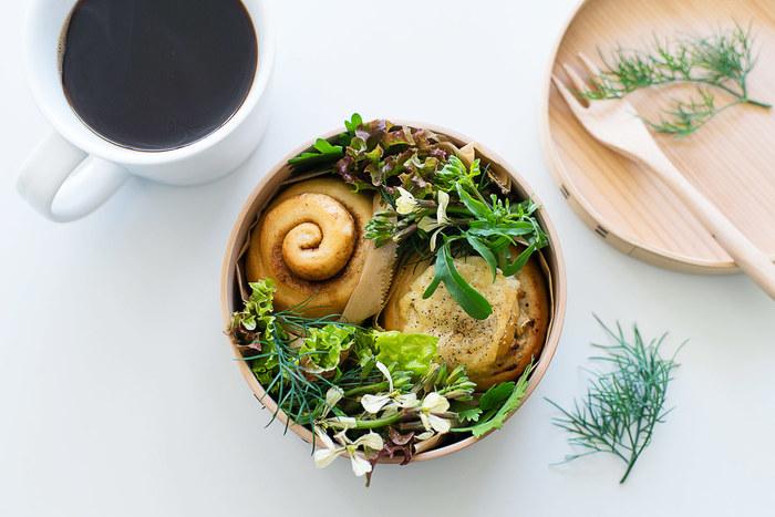 お弁当箱にフリルレタスなどのサラダと一緒に詰め込んで。