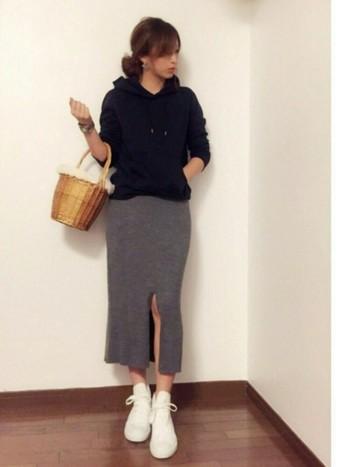 このスカートの魅力は、スリットの位置をファッションに合わせて変えられるところ。コーディネイトのイメージに合わせて、色んな着こなしを楽しめそうです。