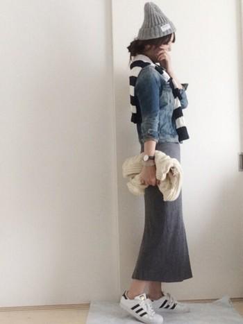 タイトなラインが女性らしいスカートですが、Gジャン・スニーカーとコーディネイトすると、一気にカジュアルな印象に。ニット帽との相性もバツグンです。