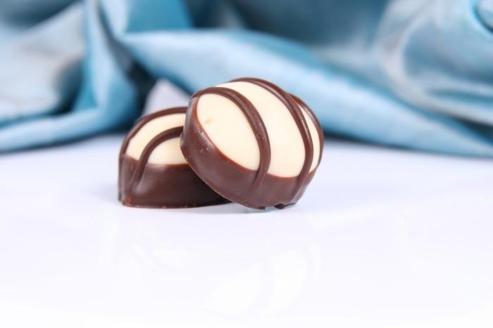 炒って細かくしたり、ペースト状にしたナッツ類に熱した砂糖を混ぜて、カラメル状にして溶かしてチョコレートに混ぜて作られています。