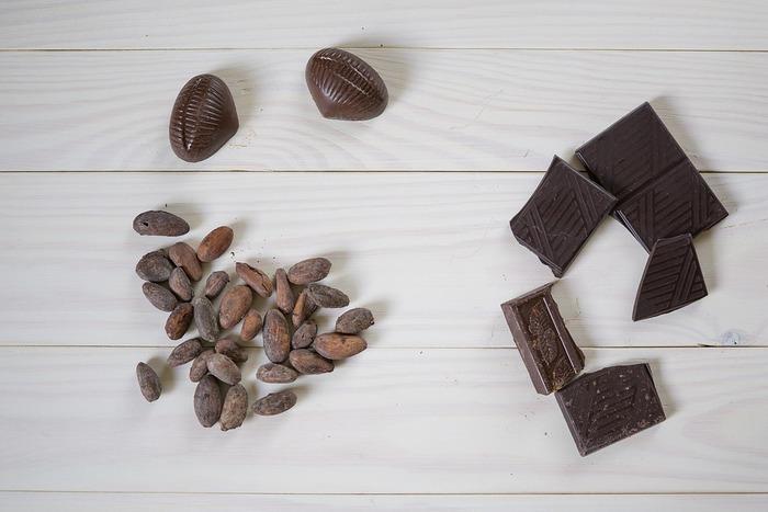 カカオ豆を1週間ぐらい発酵させることで、熟成されたカカオ豆の豊かな香りが生まれます。発酵させた後、乾燥させてカカオ豆として世界へ旅立っていきます。そのカカオ豆を、炒って細かく砕いて、砂糖やココアバターなどを混ぜて、練り固めればチョコレートの完成です。