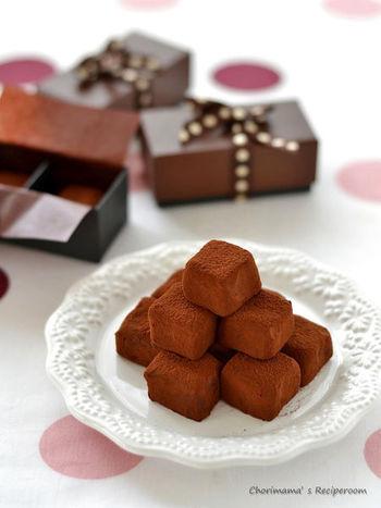 溶かしたチョコレートに、生クリームがたっぷり入った、やわらかで口どけなめらかなチョコレートです。