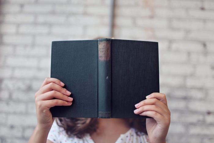 内省するという行為には、周りから受けたアドバイスやヒントを、自分なりに噛み砕いてみるということも含まれます。例えば、昔から悩める人が手に取ることの多い「書物」。何気なく手にした本の中に、今の自分にぴったりの言葉が書かれていたなんていうことも、決して珍しい話ではないですよね。悩んでいる時は物の見方や考え方が狭くなりがちなので、あえて自分とは違う価値観を学んでみるということも大切なんです。