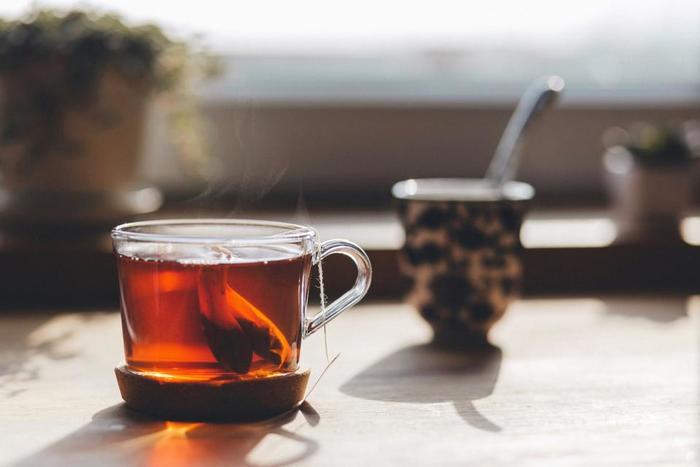 環境を変えるのが難しい場合は、どんな時に静かに過ごすか決めておくのもおすすめです。例えば、一杯のお茶を味わう時間。ささやかなひと時ですが、お茶を飲んでいる間は静かに自分と向き合うというルールを作れば、内省の時間を毎日持つことができます。
