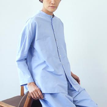 張りのあるシャツでデザインした一着。こちらも5分丈のパンツとセットで着るのが素敵です。