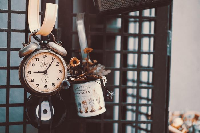 朝活をするときは、寝坊や二度寝をしないで気持ち良く目覚めることが必要です。体が慣れるまではこの早起きが大変ですよね。目覚まし時計を手の届かないところに置いて、起き上がらなければいけない状況を作り出しましょう。