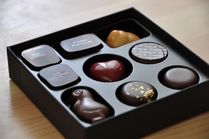 ベルギー発祥の高級チョコレートブランド「Pierre Marcolini(ピエール・マルコリーニ)」。世界中で大人気のチョコレートは、美味しさはもちろん、可愛らしい見た目も魅力のひとつ。ボックスを開けると、思わずうっとりみとれてしまうような美しいチョコレートが並びます。