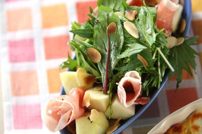 洋ナシと生ハムは言わずもがなの好相性。ベビーリーフや水菜とあわせ、スライスアーモンドを散らせば、まるでお店のサラダのよう♪