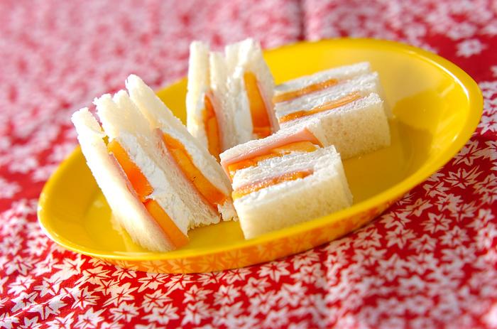 スライスした柿、裏ごししたなめらかなカッテージチーズ、ハムを挟んだ変わりサンドイッチです。甘さとしょっぱさのバランスが美味しい一品。