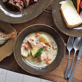 4ミリほどの程よい厚みで、ボリュームのあるお料理が映えます。スープもいいけれど。具だくさんのシチューに使うとこの深皿の存在感や佇まいが生きてきます。深さもぴったりですよ。