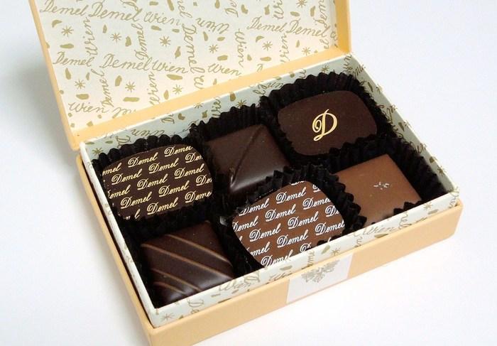 ウィーン発祥の洋菓子店「DEMEL(デメル)」。濃厚なチョコレートの美味しさと、女子心をくすぐるパッケージの可愛らしさで人気です。