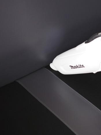 ソファやラグなど洗濯できない布製品に重曹をふりかけ掃除機で吸い上げると、こもった臭いを取り除いてくれます。