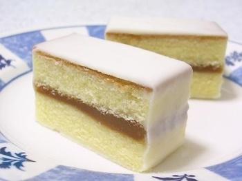 特殊製法で作られたカステラにジャムをはさんで、ホワイトチョコレートをコーティングしたお菓子です。鈴屋特製のジャムにインゲン豆が入っていることもあり、洋菓子でありながらどこか和菓子のような懐かしさのある美味しさです。冷やして食べるとより美味しくいただけますよ。