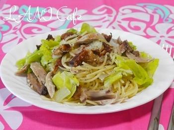グリルチキン1本で1人分のパスタが作れるレシピ。キャベツや玉ねぎなど冷蔵庫のストック野菜と一緒に塩麹で味付けするだけでOKなので、手軽なひとりランチにもおすすめです。