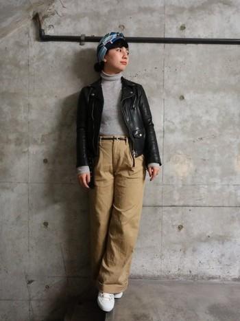 ライダースジャケットをワイドのチノパンに合わせたメンズライクなカジュアルコーデ。スカーフをヘアアクセサリー代わりに使うことで、女性らしさもしっかりと。