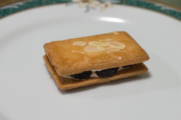 創業以来のロングセラー商品「レイズン・ウィッチ」は、洋酒に漬けこまれたレーズンを特製のクリームと一緒にクッキーでサンドした大人気のお菓子。大粒のレーズンがたっぷりと入った贅沢感のあるクッキーは、ほんのりと洋酒が香る大人の味。