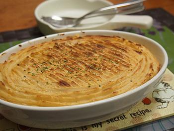 イギリスの伝統料理「シェパーズパイ」をプルコギビーフで作るアレンジです。パイを作るのは難しそうなイメージですが、プルコギビーフを炒めて耐熱皿に入れたうえにマッシュポテトを絞るだけなので意外と簡単に作れるんですよ。マッシュポテトもコストコで買えるので、気になる方はチェックしてみてはいかがでしょうか?  コストコのプルコギビーフは洋風にもアレンジできるので、大量でもあっという間に使い切ってしまえそうです。