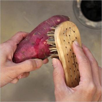 スウェーデンのIris Hantverk(イリス・ハントバーク)のベジタブルブラシは、野菜の表面を傷つけず泥をしっかりと落とすことができます。野菜を綺麗に洗えるので皮を剥かずに丸ごと料理に使えますよ。他にも、調理器具の洗浄に使っても◎キッチンに一つあるといろいろと活躍してくれる便利なブラシです。