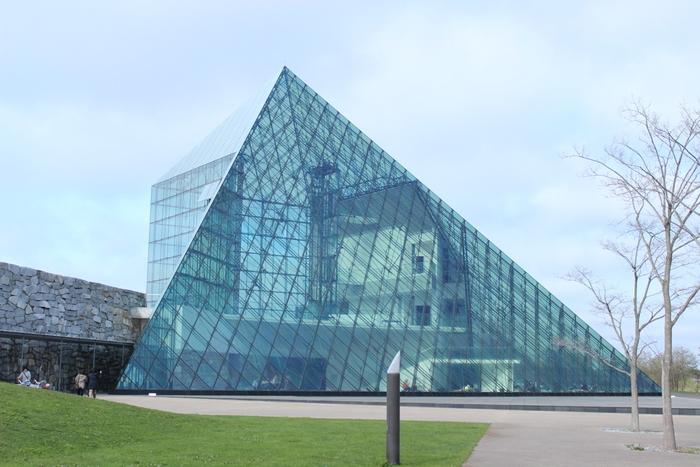 中心にあるガラスのピラミッドではレストランやギャラリー、ショップなどが入っており、週末には音楽やダンス、美術の展覧会が開催されています。展示物のほか、イサム・ノグチの家具や本などにも触れられますよ。  イサム・ノグチ作 ガラスのピラミッド