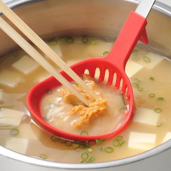 お味噌汁も、味噌を溶く作業から器によそうまで、このお玉1本でできちゃいます。すくったり、水を切ったりと、キッチンに一つあれば大活躍してくれます。