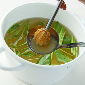 味噌をマドラーにとったら、そのまま鍋に入れて味噌を溶くことも◎一定の量をきちんと計ることで味のバラつきを防ぎ、いつでも美味しいお味噌汁を作ることができますよ。