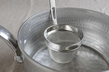 フックが付いて鍋に固定できます。出汁とりや味噌漉しをはじめ、同じ鍋でパスタと野菜を分けて茹でたり、少量の粉ふるいや裏ごしなど、日々、出番が。