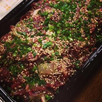 コストコの超定番商品ともいえる「プルコギビーフ」。1パック約1.5キロほどの大ボリュームなので、食べきれるか心配になるかも知れませんが、冷凍保存できるので安心。  小分けにして冷凍しておけば、使いたい分だけ解凍できてとても便利です。甘辛い味付き肉なので、シンプルにそのまま焼くのも美味しいですが、コストコ通の方はアレンジレシピも楽しんでいるんですよ。