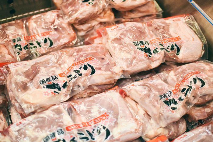 コストコの食品の中でもリピート率が高いと評判なのが「さくらどり」その名のとおり、桜色の肉は新鮮で柔らかなのが特徴で、胸肉・もも肉・ひき肉の3種類があり、どれも約2キロとたっぷり!どの部位も加熱してもパサつかず、味の良さは他のお店と比べても格別という声が多いんですよ。