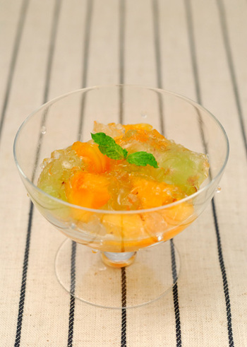 柿とぶどうをゼラチンで固めた、フルフル柔らかなゼリー。風味付けに、オレンジの香りのリキュール、コアントローが入ってワンランクアップした味わいに。子どもむけに作る場合は、コアントローは省きましょう。