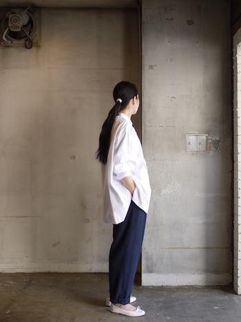 「TOUJOURS」のファッションアイテムは、スタンダードでトラディッショナルなスタイルがベース。基本的に、シンプルなコーディネートを心掛ければ、素材の良さとデザインの素晴らしさが際立って雰囲気のある印象なるはずです。
