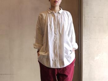 ふんわりとした風合いが魅力的なコットンリネンのブラウスシャツは、まるでアンティークのような独特の色合いが素敵です。コーディネートに取り入れるだけで絵になる1枚なので、どんなボトムスでも相性は◎