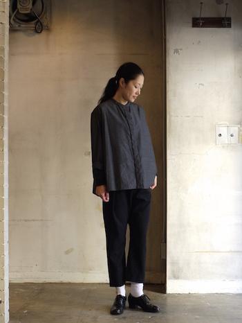 ウール×シルクの光沢ある素材感が美しいスタイリッシュなシャツは、革靴を合わせた上品なスタイルで高級感をプラス。シンプルでありながらも、上質なアイテムを活かしたワンランク上のコーデに仕上がります。
