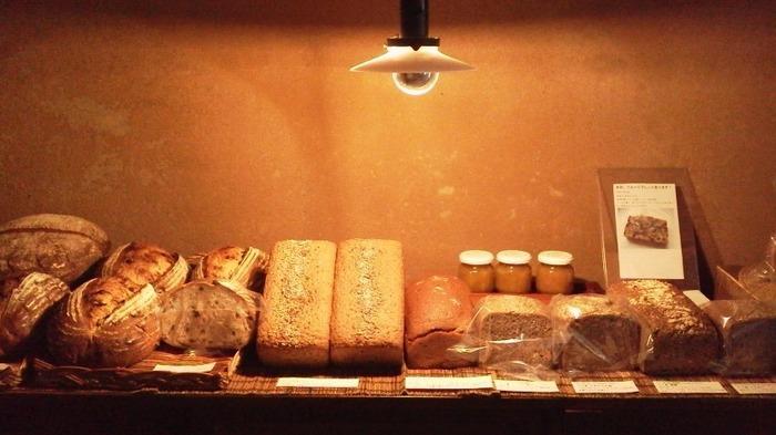 店内で売られているのは、パン通も一目おくほどの超本格派なドイツパン。 少々お値段は張りますがそれ以上の風味と食べ応えで、並べたパンたちは飛ぶようになくなっていきます。