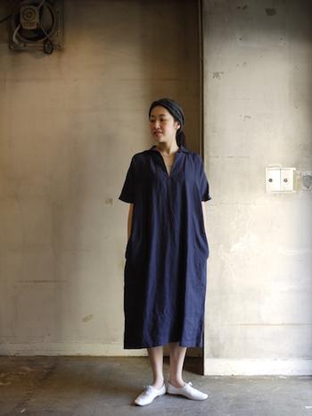 オシャレなおうち着スタイルとしてもおすすめのオープンカラードレスのワンピースは、素材の風合いを生かしたナチュラルな着こなしがgoodです。