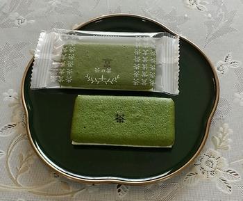 数ある定番の銘菓を差し置いて、私の京都お買い物リストを塗り替えたのはこちらの「京はやしや 茶の菓」。 見た目はとてもシンプルなのですが、もうこれ感動するほど美味しいんです…!清水坂店限定のパッケージや缶入りタイプもあり、親しい人へのお土産にも自身の観光の記念にもぴったりですよ。