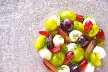 ついつい写真におさめたくなるような、このキラキラ感。フレッシュなモッツァレラチーズとブドウを盛り合わせて、シンプルにオリーブオイルと塩でいただく変わりカプレーゼ。ブドウはできたら色違いで数種類使うとより華やかになっておすすめです。