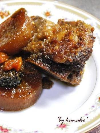 「骨付カルビと梨の煮物」は、韓国伝統のお料理だそう。骨付きカルビが手に入らない場合は、焼き肉用の牛肉で代用しましょう。すりおろした梨、玉ねぎ、にんにくなどが入った醤油ベースのタレにじっくり肉を漬け込み、圧力鍋で煮ます。味がしみた大根も美味しそう♪