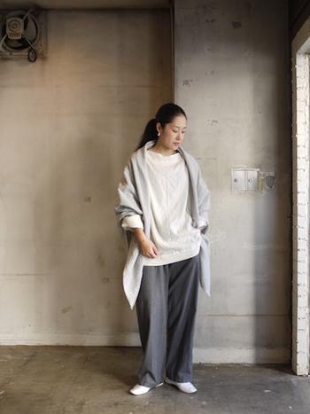 ホワイトやライトグレーの色を合わせれば、全体的に明るく軽やかさがアップします。爽やかさのある着こなしに仕上がります。