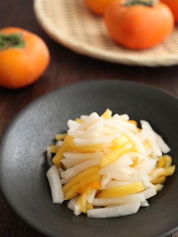 朝晩突然冷え込み、「あれ、風邪っぽいかな?」という時は、風邪予防に良いといわれる大根と柿を使ったこちらの柿なますをつくりましょう。甘めの甘酢で和えれば、見た目もきれいな箸休めに。