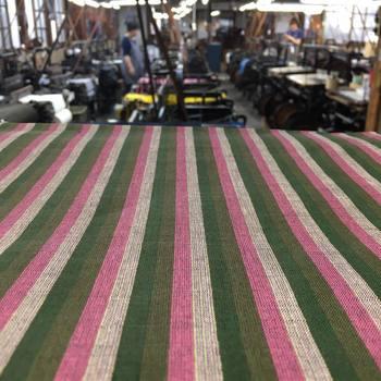 糸を買ってきて、手間のかかる染めから一つの工場で行います(※現在は染め場修復のため外注しています)。 色んな色の糸を並べ重ねることで仕上がる会津木綿の独特な柄にその手間は見事に集約されています。