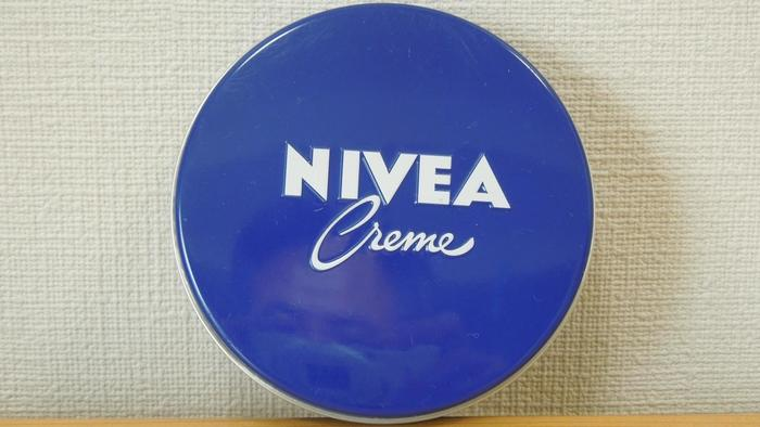 """「NIVEA(ニベア)」は世界で最も信頼されているスキンケアブランドの一つ。世界中のおよそ200カ国で販売されています。 このニベアクリームは、ファンの間では通称""""青缶""""と呼ばれ、その歴史は古く、1911年の誕生から100年もの間、愛され続けています。"""