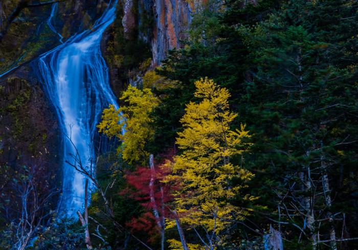 層雲峡の中で特に美しいのは、「流星・銀河の滝」と呼ばれる二つの滝。日本の滝百選にも選ばれています。この二つの滝を同時に見られる展望台もあり、秋には特に美しい景色を楽しめます。